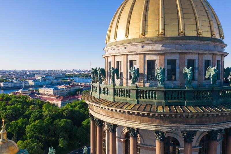 Anges de bronze sur la coupole de la cathédrale Saint-Isaac à Saint-Pétersbourg photos libres de droits