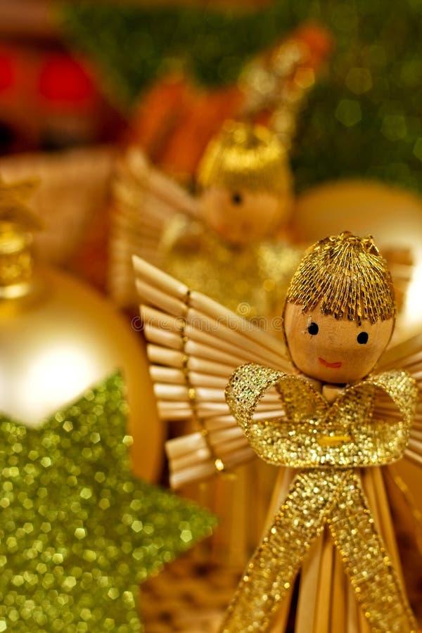 Anges de Noël avec les étoiles vertes photographie stock libre de droits