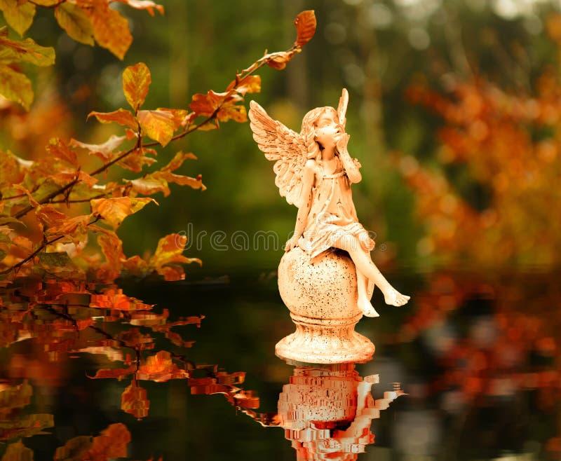 Anges pendant l'automne images stock