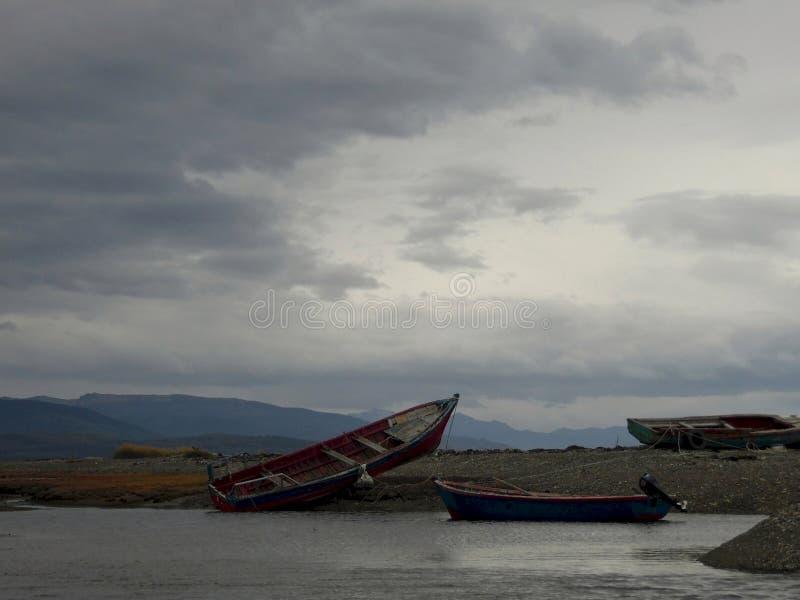 Angeschwemmte Fischerboote stockfoto