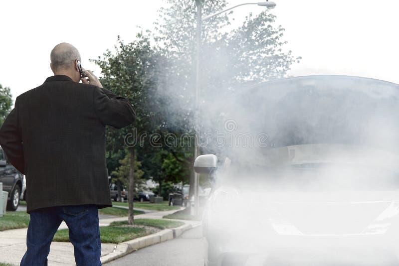 Angeschwemmter Kraftfahrer, der Hilfe beim Rauche im Auto nennt stockbilder