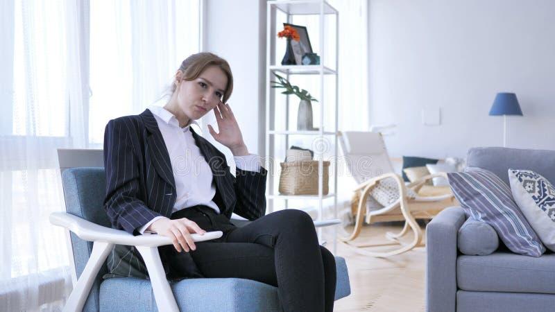 Angespannte Frau, die in der Frustration an Problem denkt lizenzfreie stockfotografie