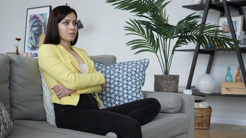 Angespannte Frau, die in der Frustration an Problem denkt lizenzfreie stockfotos
