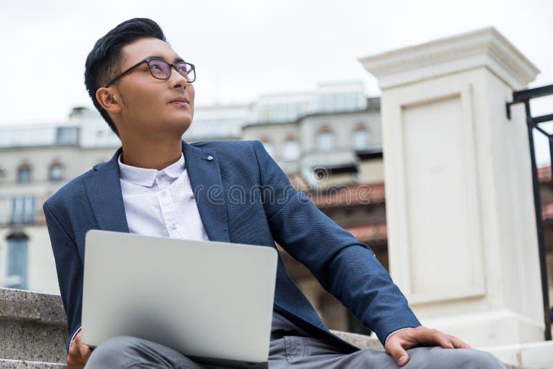 Angesporntes asiatisches man& x27; s-Porträt lizenzfreie stockbilder