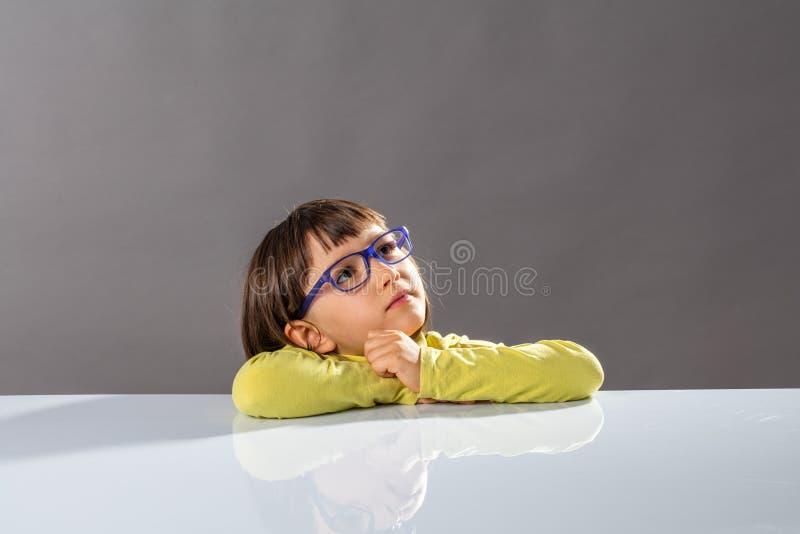 Angesporntes intelligentes Kind, das weg in Richtung der intelligenten Zukunft, Kopienraum blickt stockfotografie