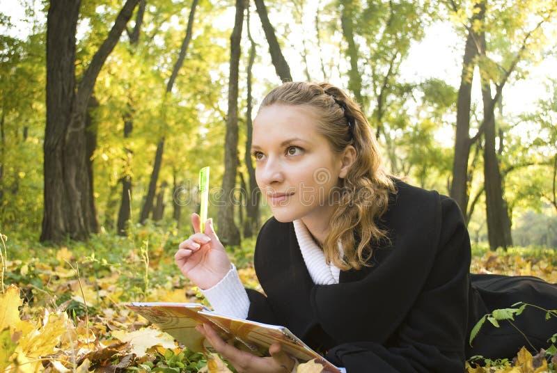 Angesporntes Jugendlichmädchen im Herbstpark stockfotos