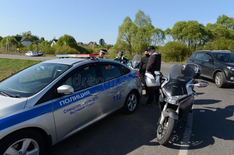 Angestellte des Verkehrspolizeiservices stellt ein Protokoll auf Verletzung von Verkehrsregeln auf lizenzfreie stockbilder
