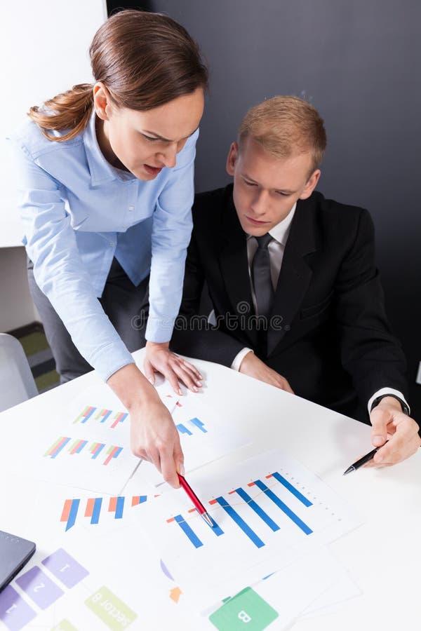 Angestellte, die Unternehmensdaten analysieren stockfotografie