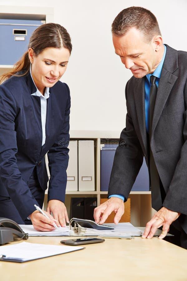 Angestellte von einer Bank, die Finanzberechnung tut stockfoto