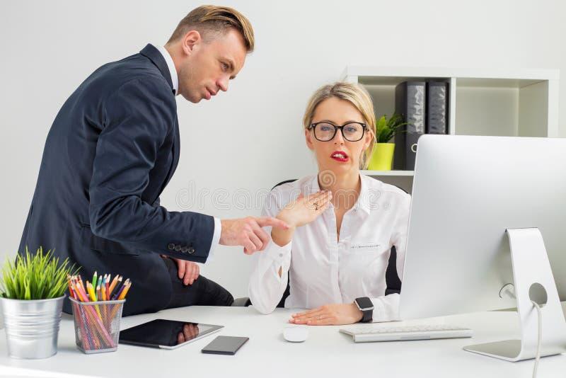 Angestellter, der durch ihren Chef gestört wird stockfotos