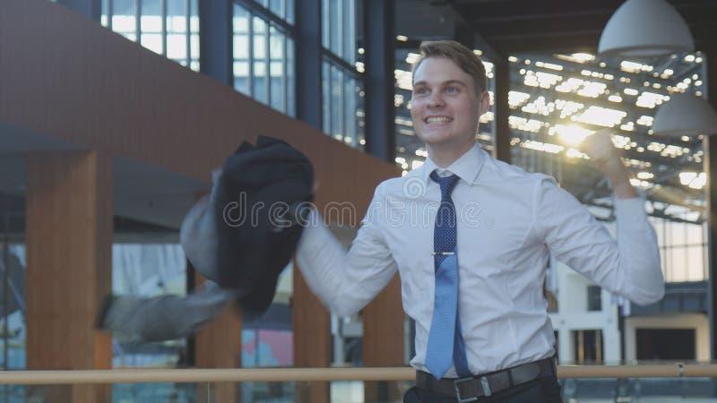 Angestellter, der Erfolg feiert stockfoto