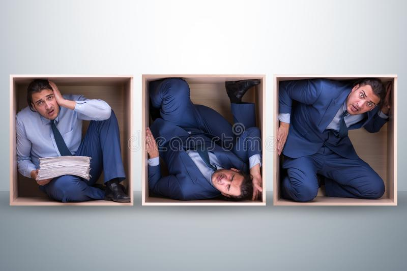 Angestellter, der im festen Raum arbeitet lizenzfreies stockfoto