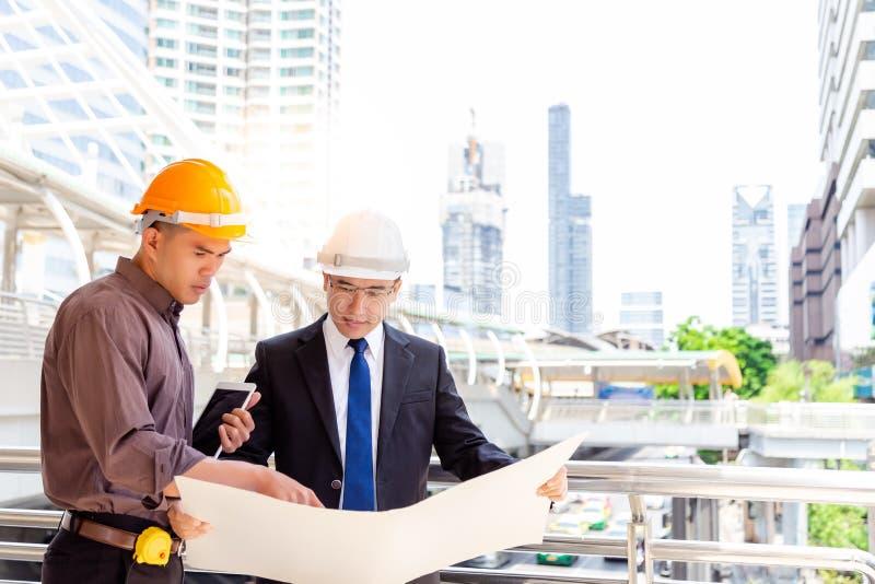 Angestellter konsultiert seinen Ingenieurchef für das Lösen des Problems stockbild