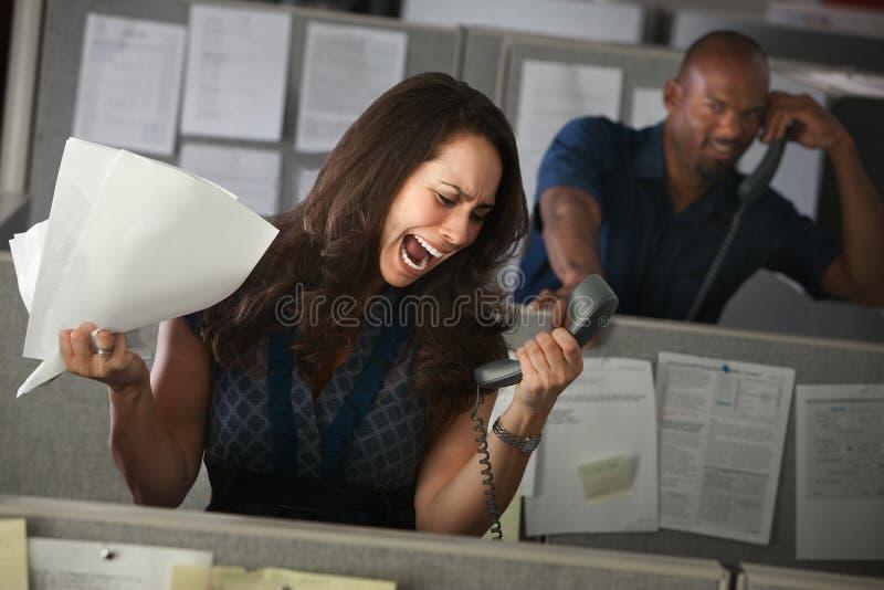 Angestellter kreischt am Telefon lizenzfreies stockbild