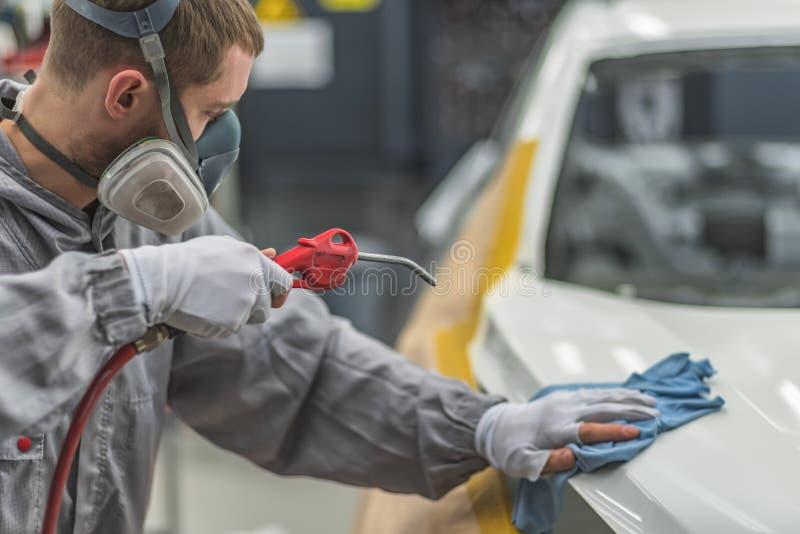 Angestelltfahrzeugkarosserie-Lackiererei bereitet die Oberfläche für das Malen vor lizenzfreie stockfotografie