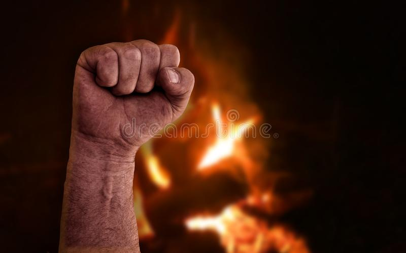 Angestiftete, geklonte Faust mit brennenden Flammen aus Feuer im Hintergrund Aktienfoto mit Sozialismus, Kommunismus, Revolution, lizenzfreie stockfotos