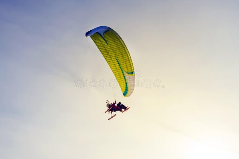 Angetriebener Fallschirm gegen den blauen Himmel lizenzfreies stockfoto