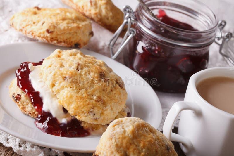 Angielscy ciasta: scones z dżemem i herbatą z mleka zakończeniem Ho obraz royalty free