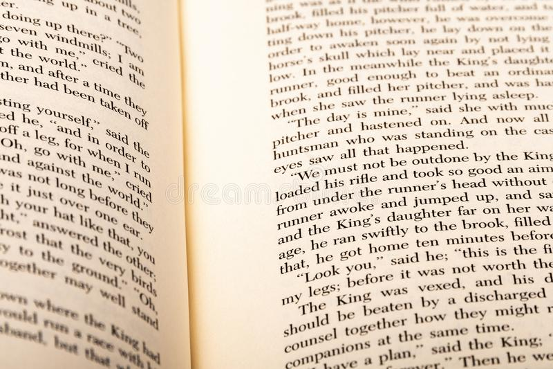 Angielscy słowa pokazywać na dwa otwartych książek stronach obrazy stock