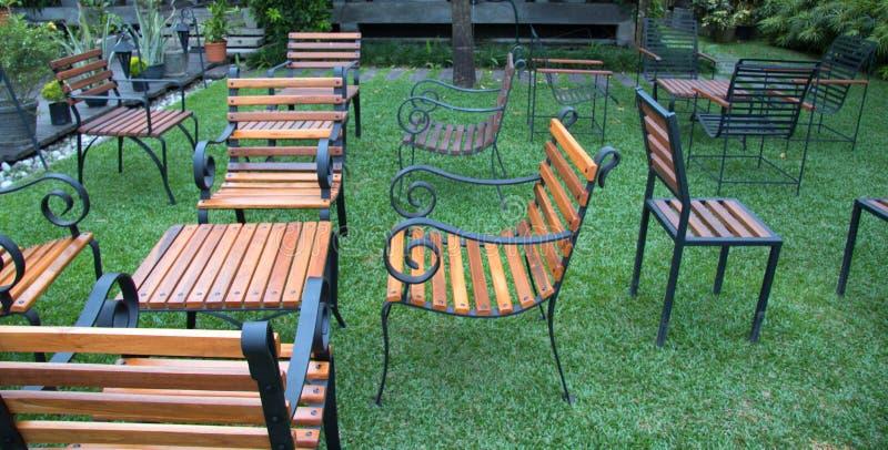 Angielski Herbaciany ogród z stołami i krzesłami obraz royalty free
