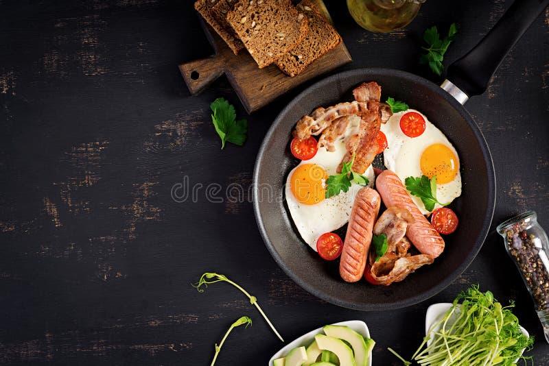 Angielski ?niadanie jajko, pomidory, kie?basa i bekon - sma??cy, obrazy royalty free