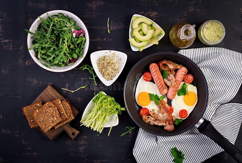 Angielski ?niadanie jajko, pomidory, kie?basa i bekon - sma??cy, zdjęcie stock