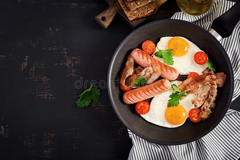 Angielski ?niadanie jajko, pomidory, kie?basa i bekon - sma??cy, obrazy stock
