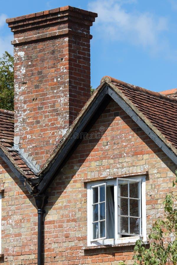 Angielski okresu dom z w górę białego szarfa kominu i okno zdjęcia royalty free