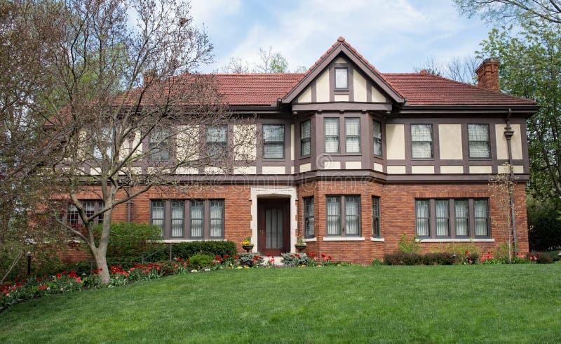 Angielski Tudor dom z Czerwonej wiosny tulipanami zdjęcie stock