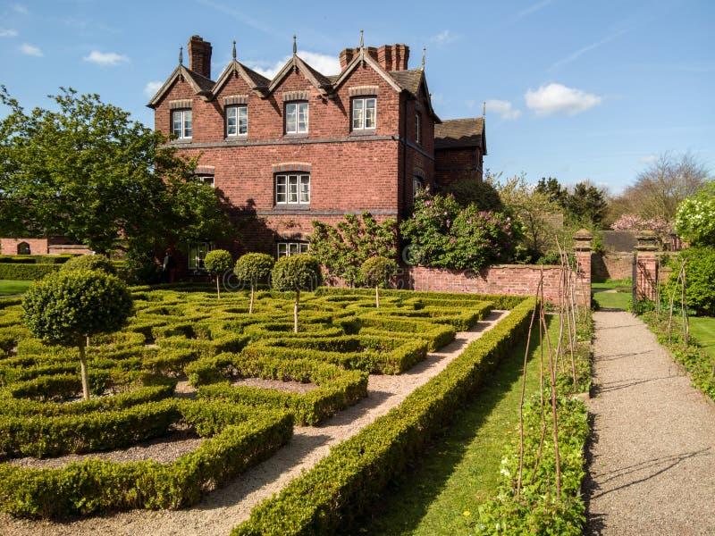 Angielski Tudor kępki ogród obrazy stock
