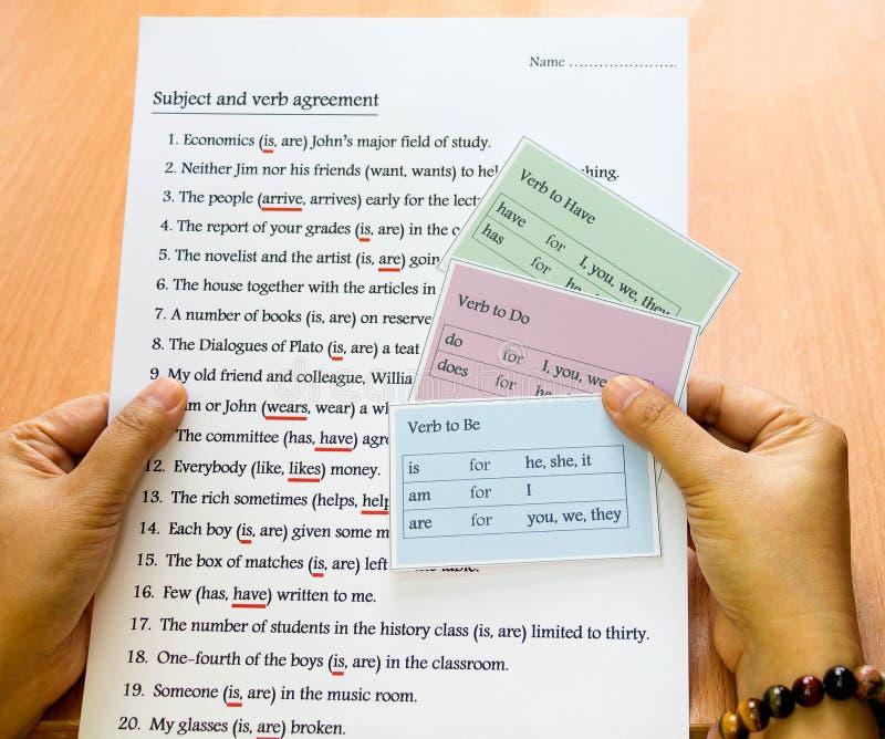 Angielskie czasownik karty w ręce zdjęcia stock