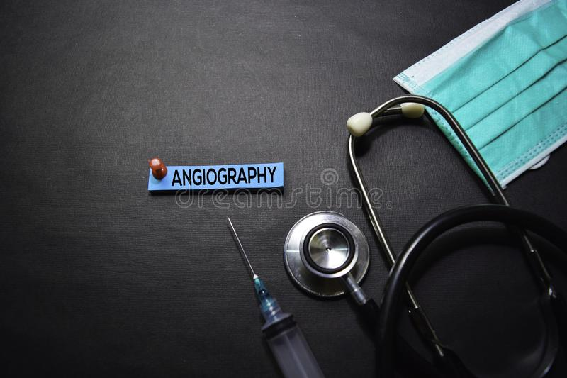 Angiografietekst op Kleverige Nota's Hoogste mening die op zwarte achtergrond wordt ge?soleerd Gezondheidszorg/Medisch concept royalty-vrije stock afbeeldingen
