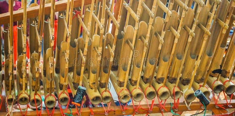 Angklung gjorde traditionell indonesia musik från sundaen västra java från bambu i centrala java royaltyfri foto