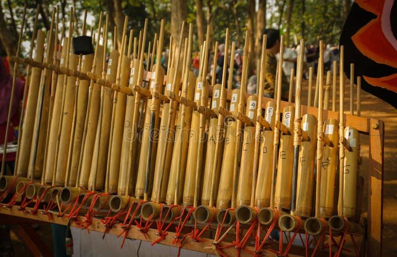 Angklung gjorde traditionell indonesia musik från sundaen västra java från bambu i centrala java arkivfoto