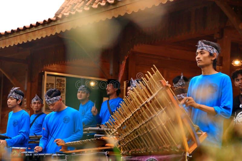 Angklungspelers in actie bij een gebeurtenis stock afbeeldingen