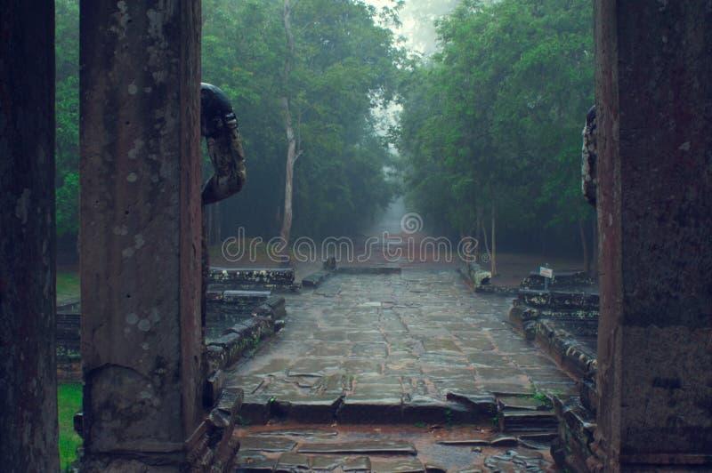 angkor入口雨索马里兰ta寺庙wat 免版税库存照片