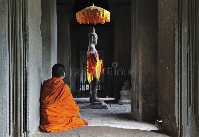 angkor Камбоджа молит время к wat стоковые изображения rf