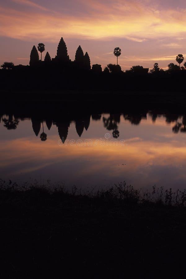 angkor Камбоджа silhouetted wat восхода солнца стоковые фотографии rf