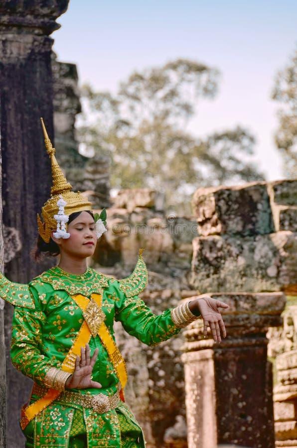 Angkor-Том, †«12-ое ноября 2014 Камбоджи: Танцор кхмера классический женский выполняя в традиционном камбоджийском костюме стоковые изображения