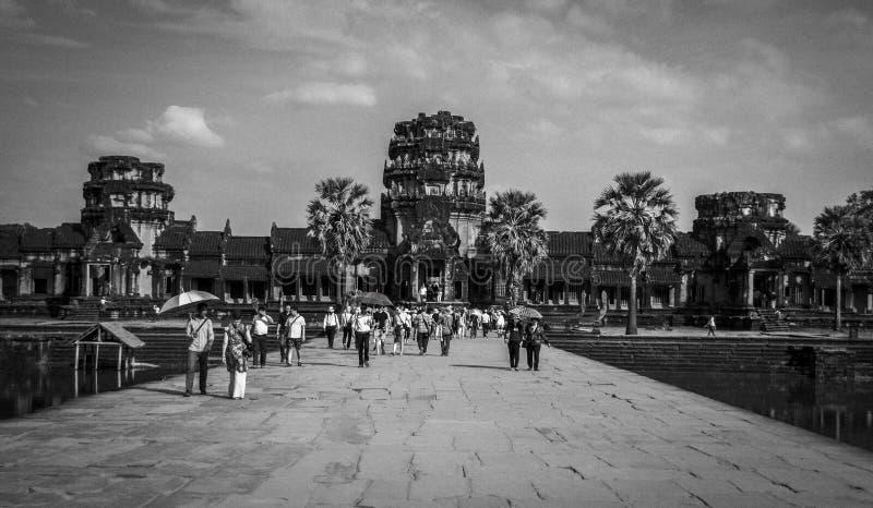 Angkor, Kambodja - December, 2015: Mensen die in Angkor Wat krijgen stock afbeelding