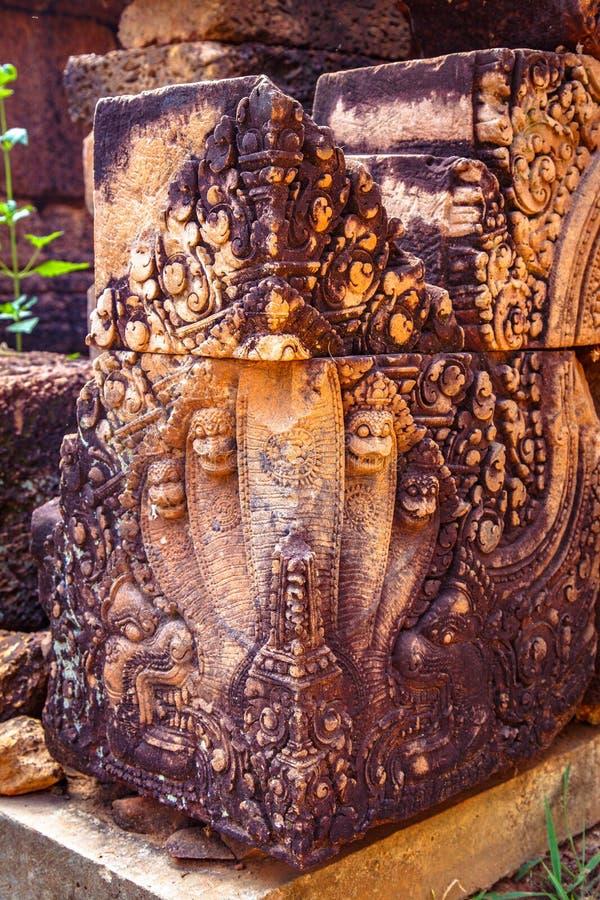 Angkor Kambodja, gravures van naga op een hoekblok bij de tempel van de 10de eeuwbanteay Srei royalty-vrije stock afbeeldingen