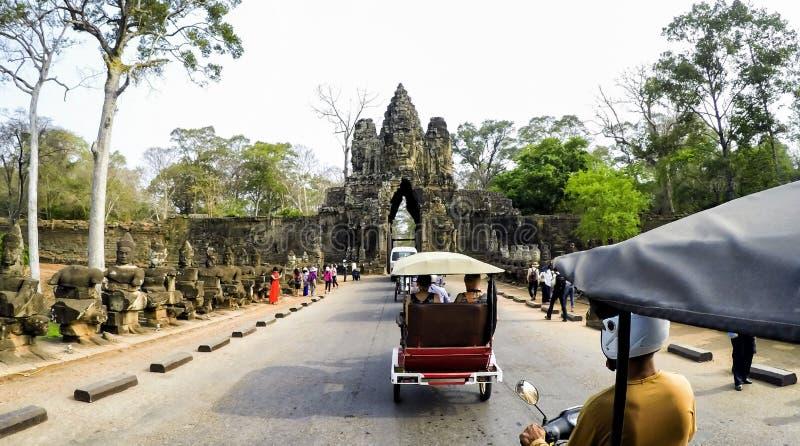 Angkor Thom Entrance med att le buddha vänder mot på Angkor Wat Temple - Siem Reap, Cambodja royaltyfria bilder