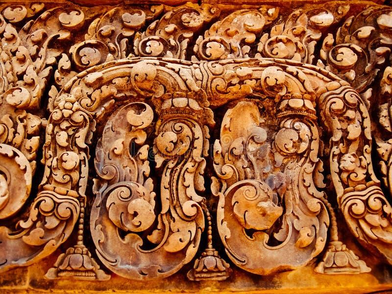 Angkor Vat - beaux découpages, soulagements de bas de temple de Banteay Srei photographie stock libre de droits