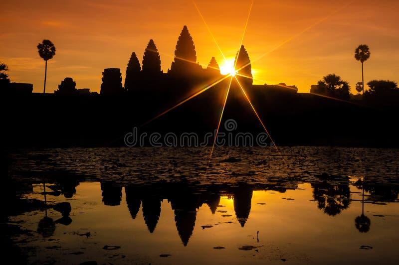 Angkor Vat et lac au lever de soleil, Cambodge 4 photo stock