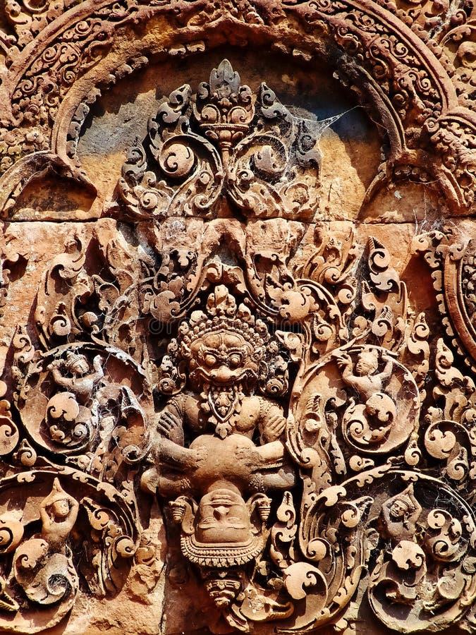 Angkor Wat - красивое резное изображение, барельеф виска Banteay Srei стоковое изображение
