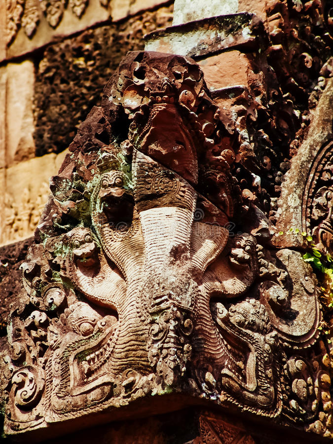 Angkor Wat - красивое резное изображение, барельеф виска Banteay Srei стоковые фото