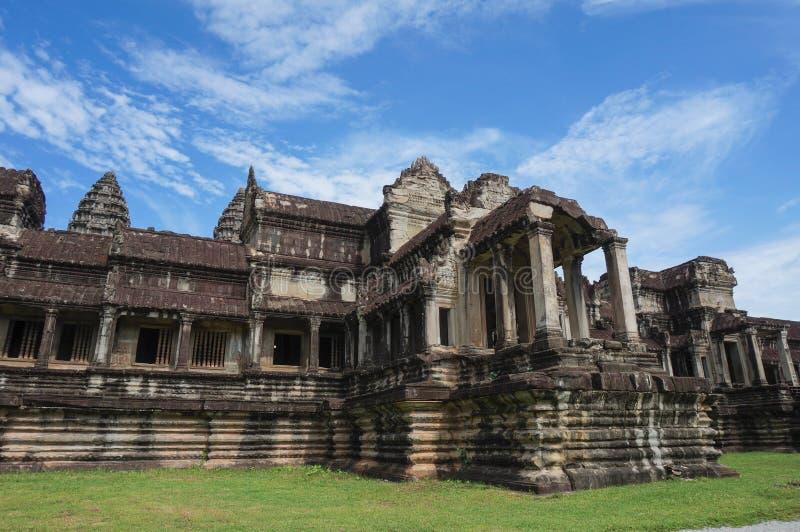 Angkor Wat место Herutage мира ЮНЕСКО с 1992 Азиатская женщина раскрывает ее руки для того чтобы обнять этот красивый ландшафт стоковые изображения