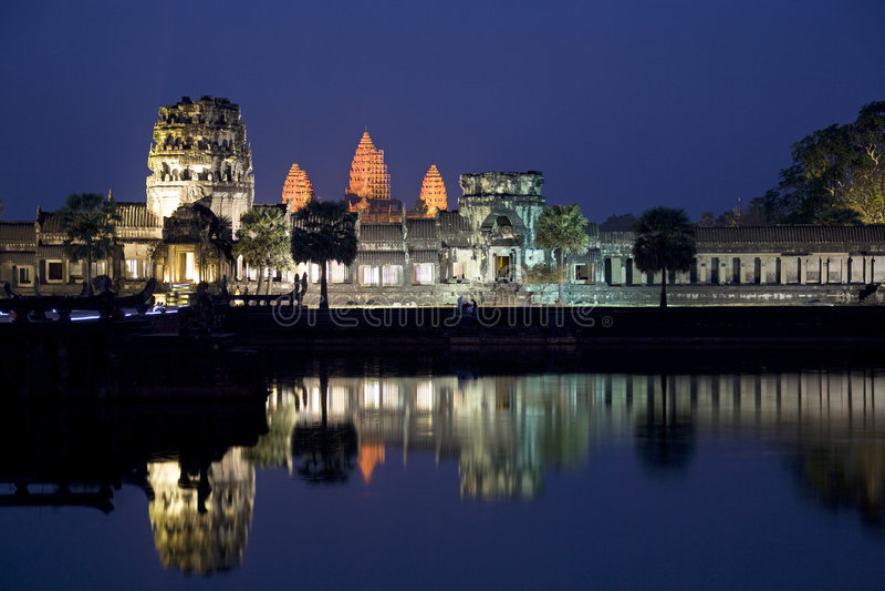 Angkor Wat alla notte immagini stock
