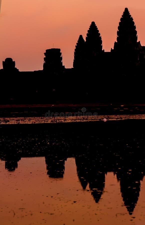 Angkor Wat bij zonsopgang over het meer, in water wordt weerspiegeld dat royalty-vrije stock fotografie