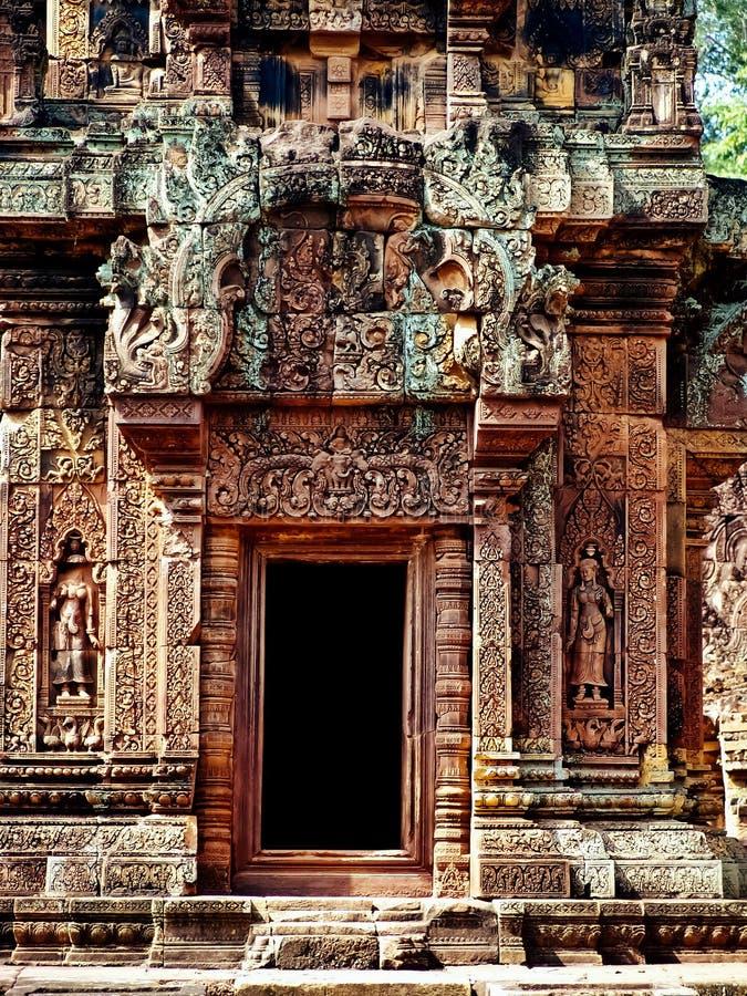 Angkor Wat - härliga carvings, baslättnader av den Banteay Srei templet royaltyfri fotografi